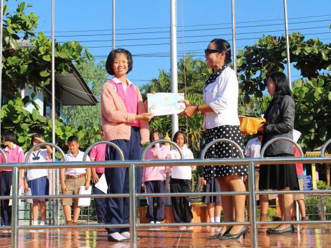 มอบเกียรติบัตรงานศิลปหัตถกรรมนักเรียนระดับภาค2559